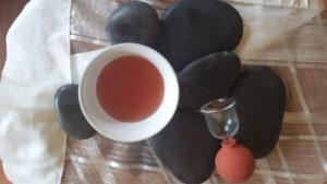Behandlung durch Schröpfen und Basaltsteine
